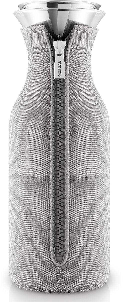 Графин Eva Solo Fridge, в чехле, цвет: светло-серый, 1 л567974Стильный лаконичный графин в текстильном чехле будет интересным дополнением любогокухонного интерьера. Модель имеет простую классическую форму колбы, большой объем (1 л),устойчивое дно и широкое горлышко drip-free, которое не позволяет напитку разбрызгиваться приналивании. Колба выполнена из боросиликатного стекла, устойчива к механическимповреждениям, высоким и низким температурам. Защитная герметичная крышка выполнена изнержавеющей стали и каучука. Светло-серый неопреновый чехол на молнии выполняет не толькодекоративную функцию, но также сохраняет напитки теплыми. Колба подходит для мытья в посудомоечной машине, чехол стирается отдельно вручную.