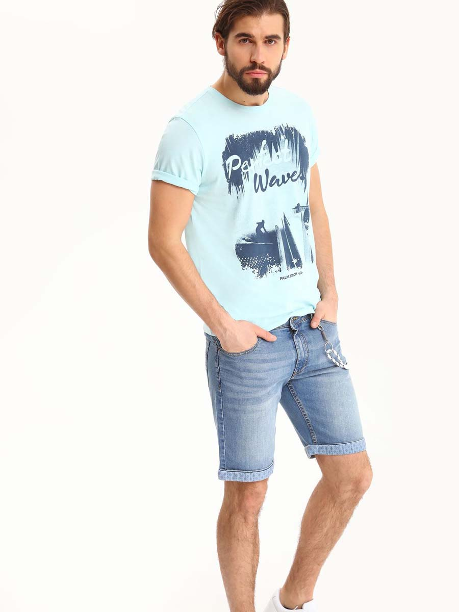 Шорты мужские Top Secret, цвет: синий. SSZ0760NI. Размер 34 (50)SSZ0760NIМужские джинсовые шорты Top Secret выполнены из хлопка с добавлением эластана. Модель застегивается на молнию и пуговицу. Пояс дополнен шлевками. Спереди модель оформлена двумя прорезными карманами, одним маленьким накладным кармашком и съемным шнурком на карабинах, сзади - двумя накладными карманами. Понизу изделие дополнено подворотами с текстильной вставкой, оформленной принтом.