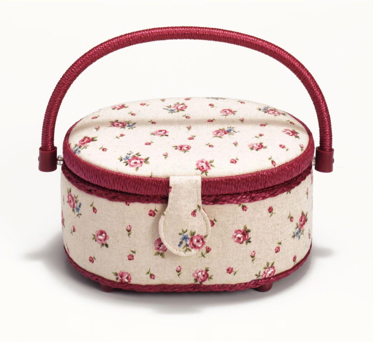 Шкатулка для рукоделия Prym Страна роз, 23 х 18 см612139Шкатулка Весна в Париже изготовлена из МДФ, картона и холщовой ткани и оснащена крышкой. Изделие декорировано изображением цветов. Крышка закрывается на магнитный замок.Изящная шкатулка с ярким дизайном предназначена для хранения мелочей, принадлежностей для шитья и творчества и других аксессуаров. Она красивооформит интерьер комнаты и поможет хранить ваши вещи в порядке. Размер шкатулки: 23 х 18 см.