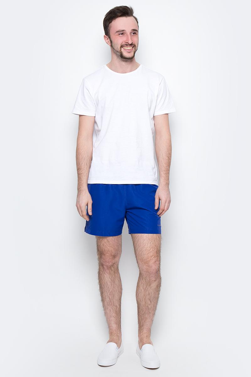 Шорты для плавания мужские Calvin Klein Underwear, цвет: синий. KM0KM00041_475. Размер XL (54)KM0KM00041_475Мужские шорты для плавания Calvin Klein Underwear выполнены из быстросохнущего материала с защитой от UVA- и UVB- излучения. Модель имеет широкую эластичную резинку на поясе. Объем талии регулируется при помощи шнурка. Шорты дополнены двумя втачными карманами спереди и одним накладным карманом сзади.
