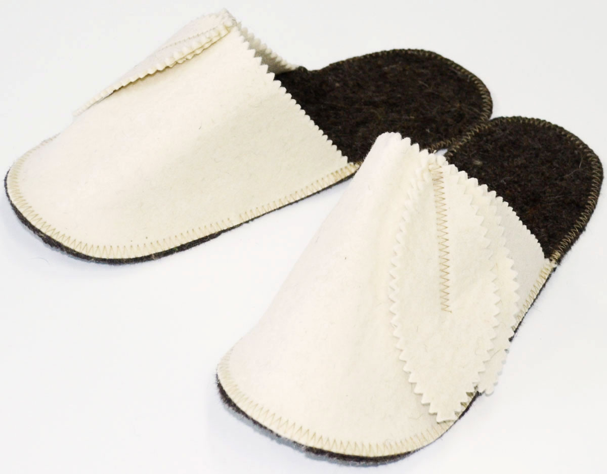 """Тапки для бани и сауны Счастливый банщик """"Колокольчик""""- это защита ступней от  грибковых заболеваний ног. Именно поэтому их еще называют обувью индивидуального  пользования. В отличии от других тапочек они изготавливаются из материалов, не  впитывающих воду, а места соединения не нарушаться при воздействии влаги и высоких  температур."""