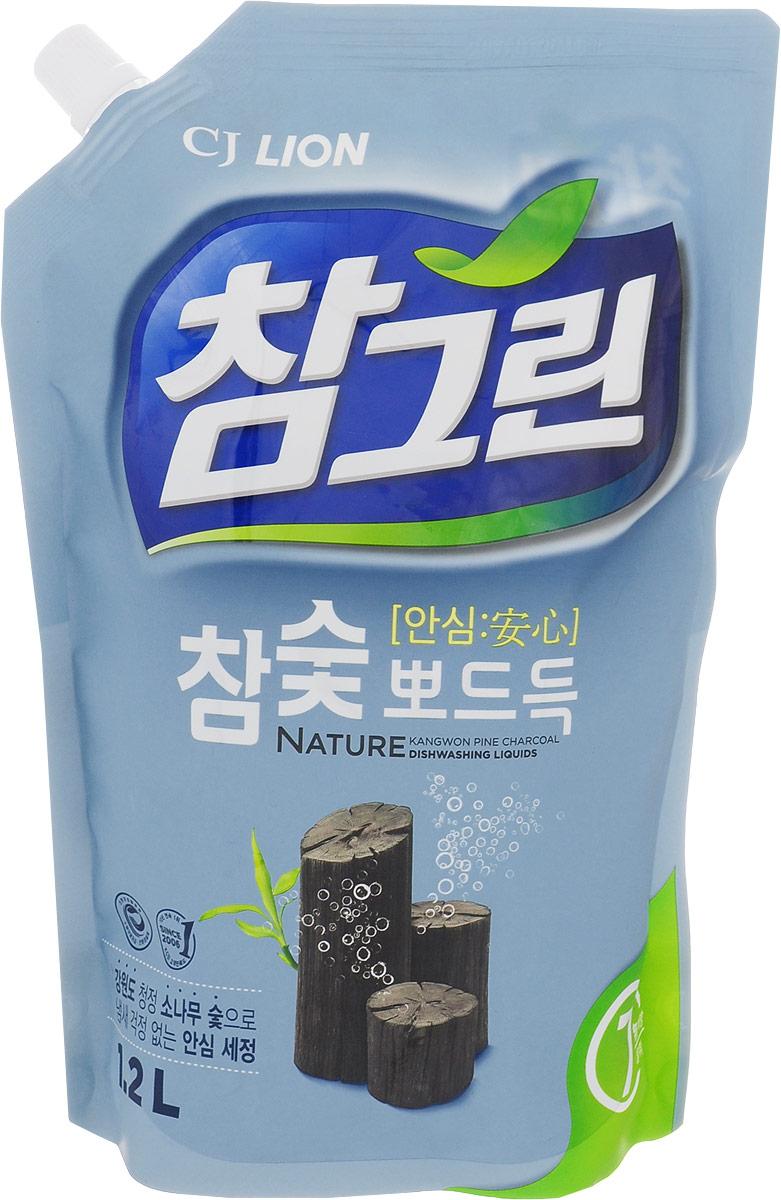 Средство для мытья посуды Cj Lion Chamgreen, с экстрактом древесного угля, 1,15 л604938Средство Cj Lion Chamgreen подходит не только для мытья посуды, овощей и фруктов, но и для мытья детских бутылочек. Безопасность полного ополаскивания за 5 секунд: удаляются остатки компонентов, разрушающих жиры. Содержит природный уголь, полученный при обработке сосны, произрастающей в экологически чистом районе провинции Кангвон-до. Устраняет неприятные запахи испорченной еды, рыбные запахи. Обладает адсорбирующим, дезодорирующим и чистящим свойствами, благодаря чему обеспечивается не только чистое мытье посуды, разделочных досок и кухонных полотенец, но и устранение из них неприятных запахов. Обладает приятным ароматом розмарина.Состав: ПАВ 21% (высшие спирты на растительной основе, высшие амины на растительной основе, растительный состав неионогенный), древесный уголь, средство для защиты кожи рук.Товар сертифицирован.Уважаемые клиенты!Обращаем ваше внимание на возможные изменения в дизайне упаковки. Качественные характеристики товара остаются неизменными. Поставка осуществляется в зависимости от наличия на складе.Как выбрать качественную бытовую химию, безопасную для природы и людей. Статья OZON Гид