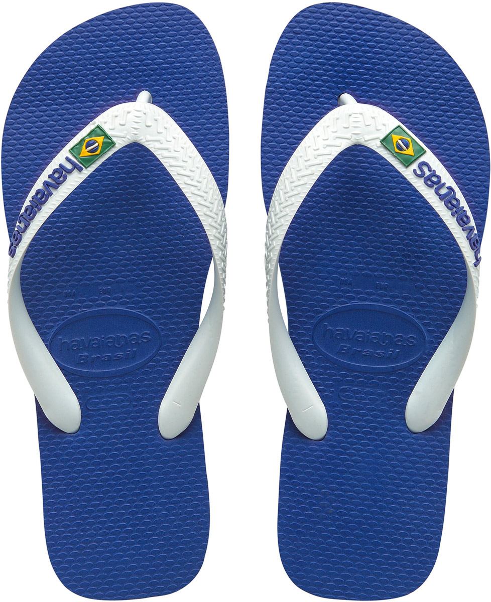 Сланцы мужские Havaianas Brasil Logo, цвет: синий, белый. 41108502711. Размер 39/40 (40/41)4110850-2711Модные мужские сланцы Brasil Logo от Havaianas придутся вам по душе. Верх модели, выполненный из резины, оформлен рельефным орнаментом, названием бренда и изображением флага Бразилии. Ремешки с перемычкой гарантируют надежную фиксацию модели на ноге. Подошва выполнена из материала ЭВА и оформлена контрастными полосками. Рифление на верхней поверхности подошвы предотвращает выскальзывание ноги. Рельефное основание подошвы обеспечивает уверенное сцепление с любой поверхностью. Удобные сланцы прекрасно подойдут для похода в бассейн или на пляж.