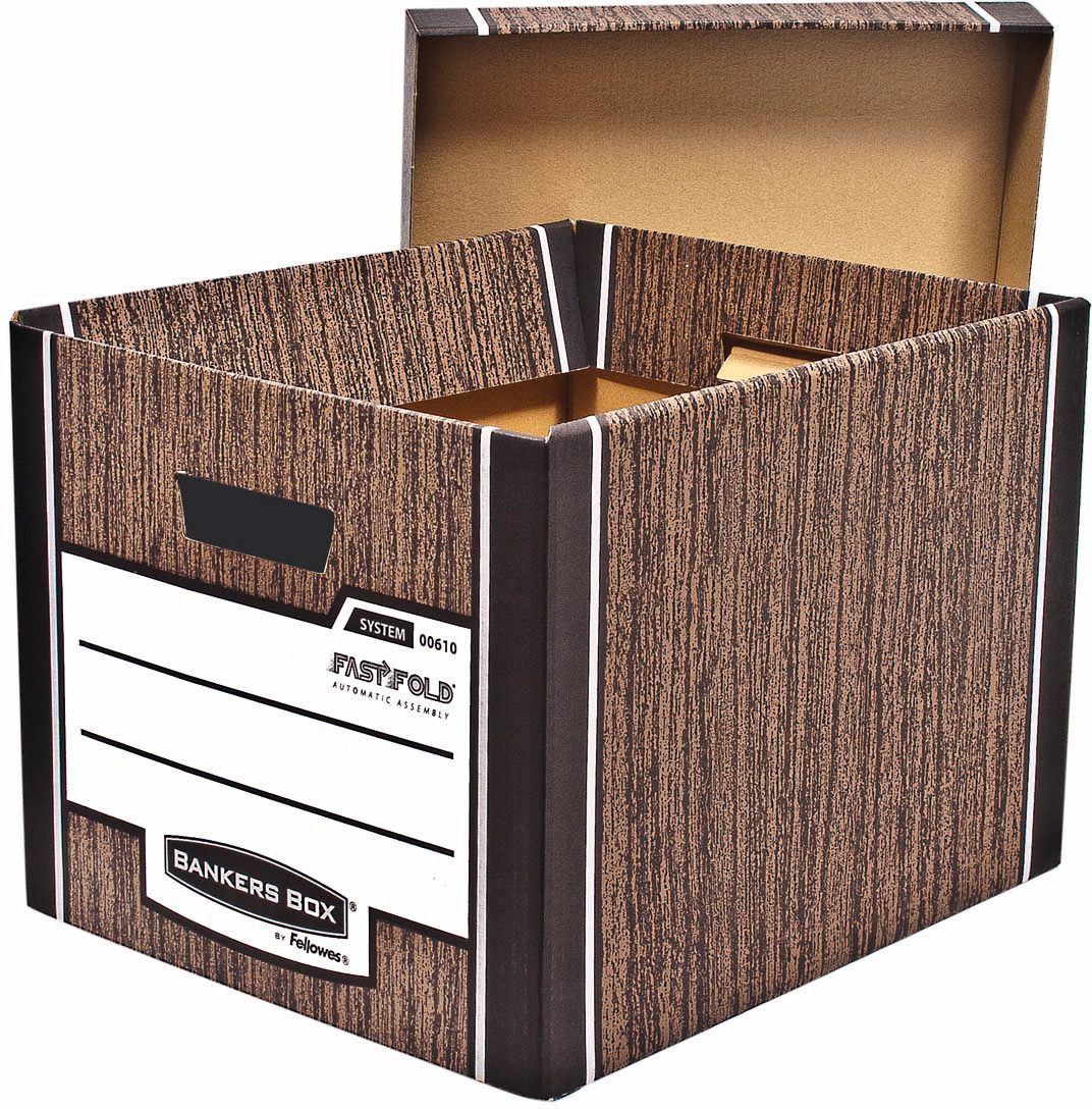 Fellowes Bankers Box Woodgrain архивный коробFS-00610Архивный короб с крышкой Bankers Box Woodgrain - суперпрочный короб универсального назначения, выдерживающий вес до 35 кг.Имитирующий структуру дерева дизайн коробки органично впишется в любое помещение. Усиленная конструкция стенок и основания короба из гофрокартона обеспечивают прочность и долговечность, а также позволяет экономить пространство - можно составить до 5 коробов друг на друга. За счет уникальной технологии от Fellowes - FastFold - короб собирается за 4 секунды.Обеспечивает компактное хранение документов и эргономичную организацию рабочего пространства, удобен в быту для хранения детских игрушек, сезонных вещей. Высокая прочность, удобство сборки, стильный дизайн, наличие удобных ручек для переноса - все это делает данный короб идеальным решением для переездов, хранения вещей и архивирования документов.