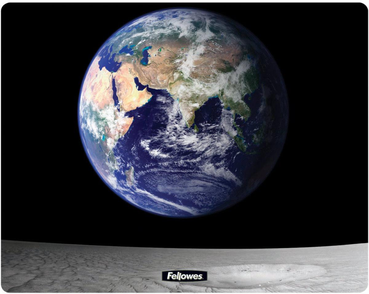 Fellowes FS-58715 Земля и Луна коврик для мышиFS-58715Коврик для мыши FS-58715 изготовлен из прочного и долговечного пластика Brite. Специальная запатентованная технология обработки пластика Brite в сочетании с твердой трехслойной структурой гарантирует идеальную работу любой компьютерной мыши и неподвижное положение коврика на рабочем столе. Коврик имеет высококачественное изображение и легко чистится.