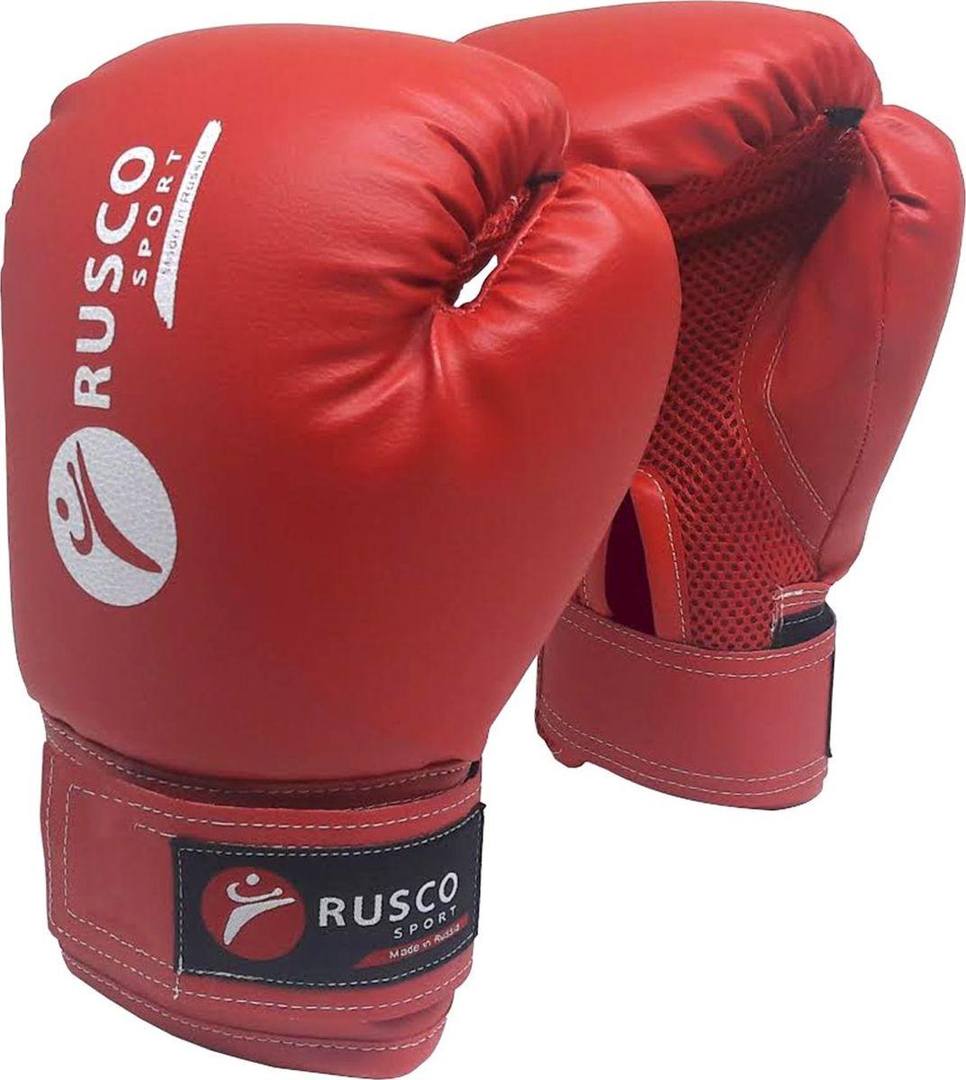 Перчатки боксерские Rusco, цвет: красный. Вес 8 унцийУТ-00008587Перчатки боксерскиеRusco - это боксерские перчатки красного цвета, которые широко используются начинающими спортсменами и юниорами на тренировках. Перчатки имеют мягкую набивку, специально разработанная удобная форма позволяет избежать травм во время тренировок и профессионально подготовиться к бою. Превосходно облегают кисть, следуя всем анатомическим изгибам ладони и запястья.