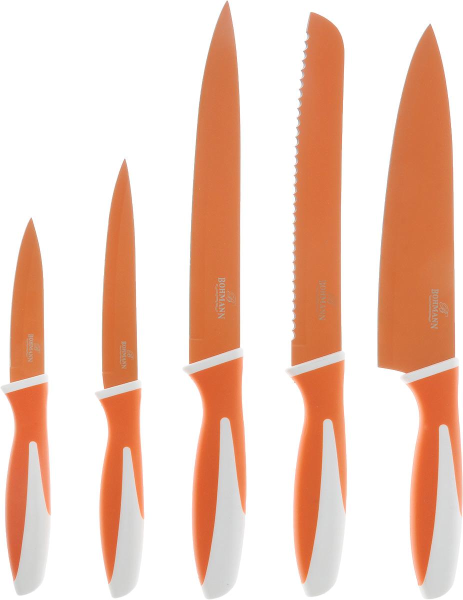 """Набор ножей """"Bohmann"""" включает нож шеф-повара, нож для хлеба, нож для мяса, нож универсальный, нож для чистки овощей. Лезвия ножей выполнены из нержавеющей стали с цветным покрытием Non-Stick, которое предотвращает прилипание продуктов. Лезвия легко моются, не ржавеют, не оставляют запаха металла на еде, устойчивы к царапинам. Покрытие не выгорает и не шелушится в повседневном использовании. Рукоятки ножей выполнены из пластика, прорезиненные вставки обеспечивают комфортный хват и безопасность.  Ножи имеют красочный привлекательный внешний вид. Они дополнят интерьер вашей кухни и помогут в ежедневном приготовлении пищи.  Длина лезвия ножа для чистки овощей: 9 см.  Длина лезвия универсального ножа: 13 см.  Длина лезвия ножа для мяса: 20 см.  Длина лезвия ножа для хлеба: 20 см.  Длина лезвия ножа шеф-повара: 20 см.  Длина ножа для чистки овощей: 20 см.  Длина универсального ножа: 24 см.  Длина ножа для мяса: 33 см.  Длина ножа для хлеба: 33 см.  Длина ножа шеф-повара: 33 см."""
