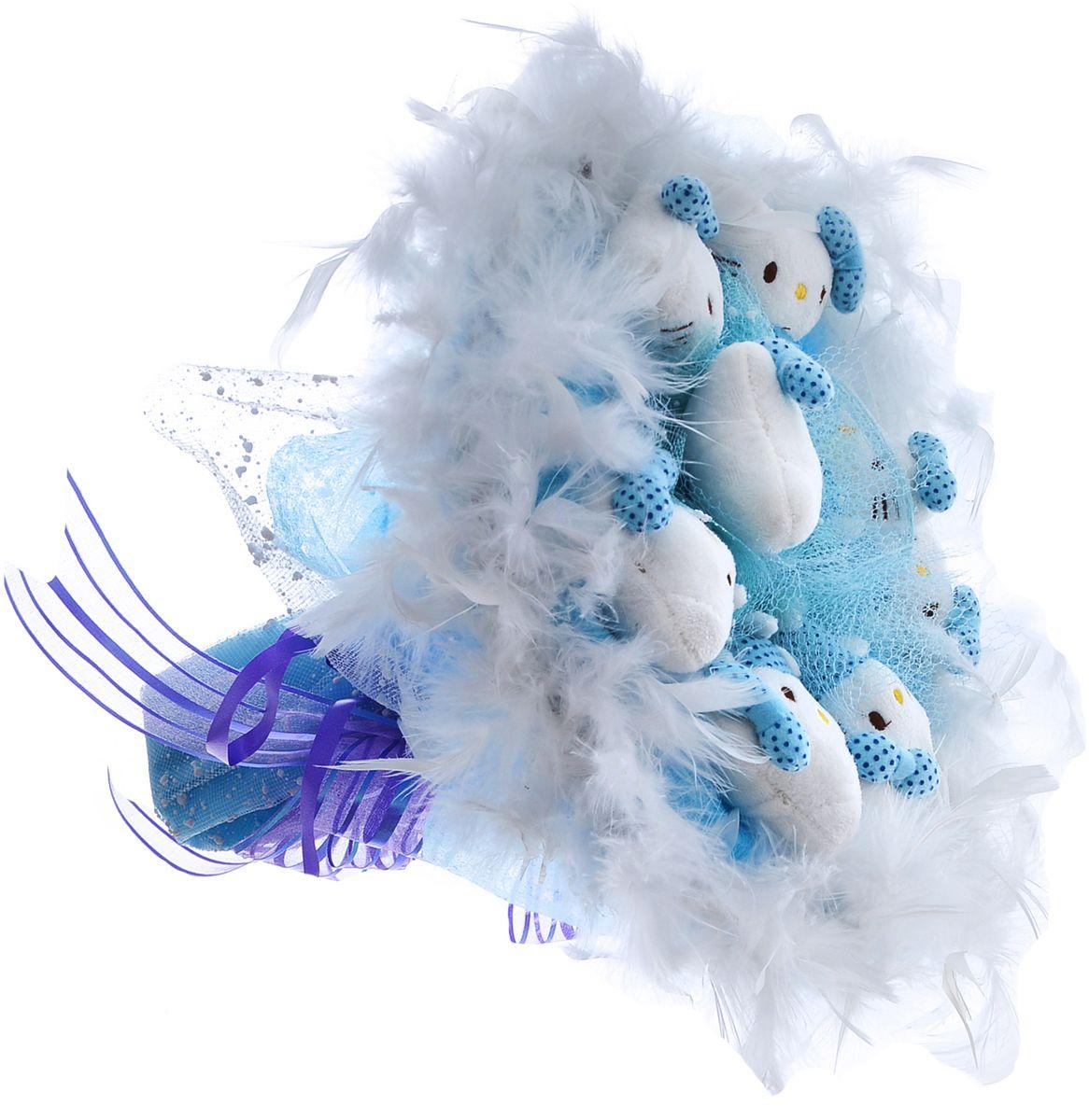 Букет из 9 мягких милых Кити упакован в мягкую струящуюся органзу голубого цвета с добавлением флористической сетки, декорирован великолепным пышным боа по краю букета и перевязан широкой атласной лентой с добавлением серебристой парчовой тесьмы.  Мягкие игрушки, оформленные в букет – приятный подарок для любимой, для мамы, подруги или для ребенка. Оригинальные букеты торговой марки Toy Bouquet из мягких игрушек прекрасно подойдут для многих праздников: День Святого Валентина, 8 марта, день рождения, выпускной, а также на другие памятные даты или годовщины.