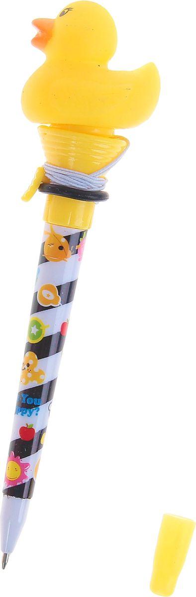 Ручка-стрелялка шариковая Утки синяя1019800Ручка-стрелялка Утки приведет в восторг окружающих! Шариковая ручка в необычном воплощении способна творить настоящие чудеса! Ведь этот практичный яркий, всегда нужный предмет, которым мы пользуемся каждый день, умеет не только писать, но и поднимать настроение всем вокруг. Красочный дизайн будет дарить улыбки и море позитива — ее не захочется выпускать из рук. А если нажать специальную кнопку, фигуристый наконечник выпрыгнет! Но можно не переживать: далеко он не улетит, так как закреплен на резинке. Такая ручка точно придется по вкусу маленьким деткам: браться за уроки они будут с большим энтузиазмом. А для взрослых будет оригинальным украшением рабочего стола и приятным напоминанием о человеке, который преподнес такой презент!