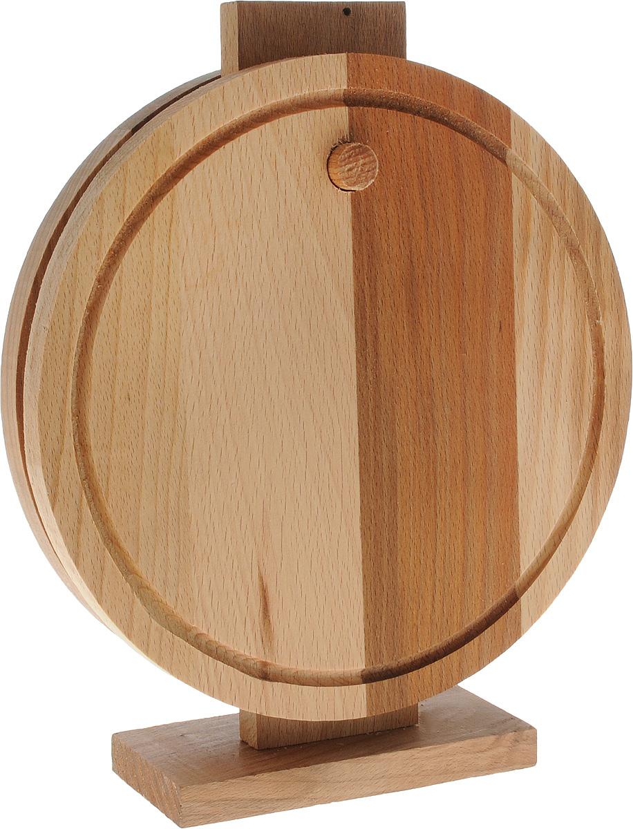 Набор разделочных досок Хозяюшка, на стойке, 3 предмета30-72Набор Хозяюшка состоит из 2 круглых разделочных досок и стойки. Изделия выполнены из бука. Бук наряду с дубом и тиком относится к ценным твердолиственным породам элитной группы категории А, класса люкс. По структуре древесины бук считается менее рыхлым, чем дуб, и более гибким, чем тик, при этом не уступает по прочности этим двум породам, а по красоте даже превосходит их. Бук отличают, прежде всего, уникальная текстура и естественный белый с желтовато-красным оттенком, со временем переходящим в розовато-коричневый, цвет древесины. Бук прекрасно поддается шлифовке и полировке. Бук боится влаги, но, как в случае со всеми без исключения досками из древесины, вопрос влагостойкости решается пропиткой дерева специальным минеральным или льняным маслом. Масло защищает доску от коробления, рассыхания и растрескивания. Именно поэтому все доски Хозяюшка обработаны льняным маслом. Нельзя мыть в посудомоечной машине. Для продления срока эксплуатации рекомендуется периодически смазывать доску растительным маслом. Диаметр досок: 25 см. Размер стойки: 15 х 7 х 30 см.