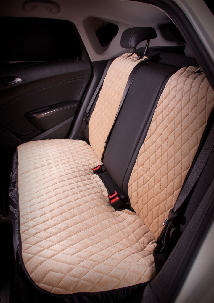 Накидка на сиденье Airline, задняя, цвет: бежевый, 3 предметаASC-B-03Накидки сшиты из износоустойчивой ворсовой мебельной ткани и защищают штатную обивку от истирания и выцветания. Идеально подходят к кожаному салону, обеспечивая комфортную температуру при контакте с сиденьем в холодную и жаркую погоду, а стеганый дизайн придает салону домашний комфорт и уют. Благодаря своей форме накидки позволяют без затруднений надевать их на кресла любого типа, не прибегая к демонтажу подголовников и подлокотников, а так же не препятствует раскрытию подушек безопасности. Все модели, имеют универсальную систему крепления позволяющую применять изделие на 99% существующего автопарка России.Размер - УниверсальныйЦвет - БежевыйСостав - полиэстер, хлопок, вспененный полиуретанКомплект состоит из накидок на заднее сиденье из трех частей.Преимущества: Защищает обивку автомобильных сидений от истирания;Износостойкая ворсовая ткань;Удобные застежки на направляющие подголовника;Универсальное крепление и размер