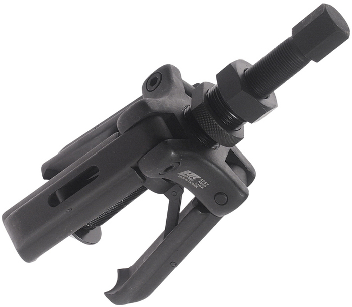 JTC Съемник подшипников ступиц с тремя захватами. JTC-4067JTC-4067Конструкция с тремя захватами специально сделана для захвата внутреннего кольца подшипника ступицы и снятия его наружу с помощью центрального болта. Может использоваться на большинстве марок автомобилей, особенно на тех, у которых ось колеса находится очень близко к датчику ABS или другим деталям. Диапазон работы: 40-130 мм. Толщина захватов макс.: 1 мм. Габаритные размеры: 260/130/110 мм. (Д/Ш/В) Вес: 2845 гр.