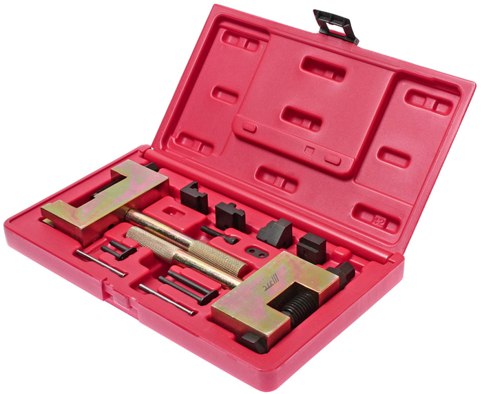 Набор JTC Mercedes, для соединения и разъединения звеньев цепи ГРМJTC-4171В набор входят 2 инструмента - для разделения и соединения звеньев цепи,которые обеспечивают быстрое, простое и безопасное соединение/разъединениезвеньев цепи ГРМ обоих типов: одинарной и двойной, а также двухряднойроликовой цепи, применяемой на моделях Мерседес (Mercedes-Benz) с дизельнымдвигателем 95 г.в. и младше. Примечание: для новых типов двухрядных роликовых цепей данныйинструмент для соединения звеньев не применяется. Применение: бензиновые и дизельные двигатели Мерседес (Mercedes-Benz). Упаковка: прочный пластиковый кейс. Габаритные размеры: 275/160/60 мм. (Д/Ш/В) Вес: 2491 гр.