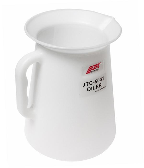 JTC Масленка, 5 л. JTC-5031JTC-5031Используется для дозирования необходимого количества масла и заправки его в агрегаты автомобиля. Маслёнка удобна в использовании благодаря большой горловине: 180 мм. Объем маслёнки: 5 л. Материал: полиэтилен с высокой плотностью (PE-HD)Корпус устойчив к химической обработке. Область рабочих температур: от –50 °C до +80 °C.Количество в оптовой упаковке: 12 шт.Габаритные размеры: 250/180/170 мм. (Д/Ш/В)Вес: 350 гр.