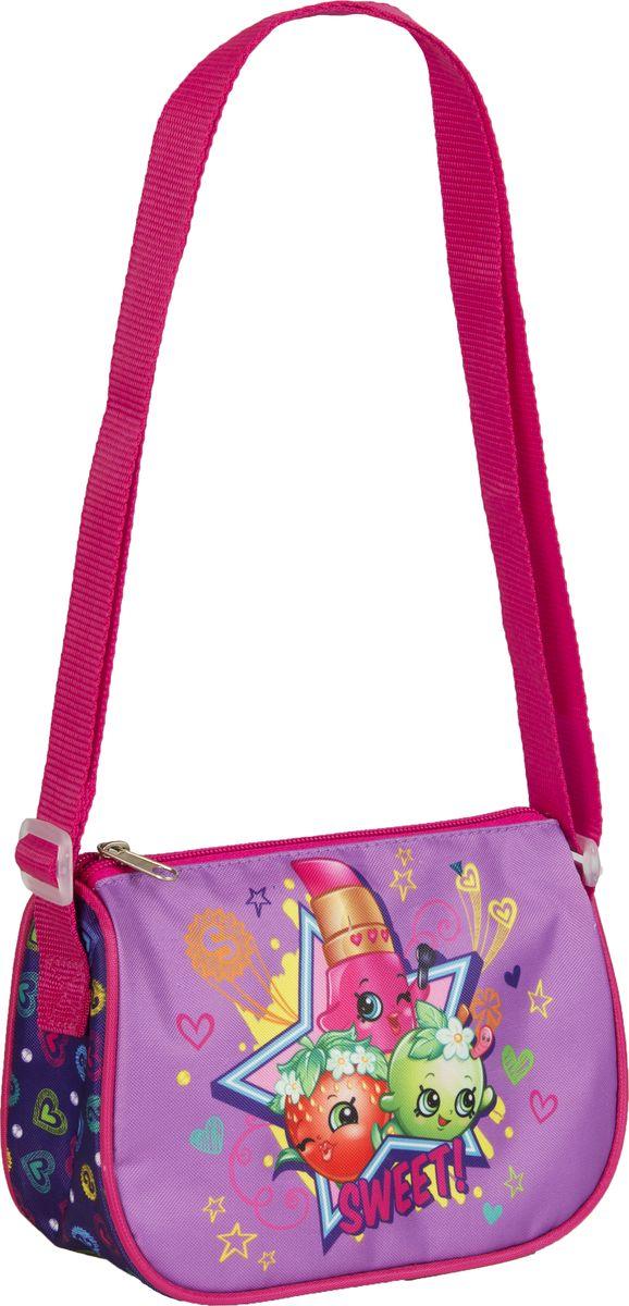 Shopkins Сумка наплечная Шопкинс31689Яркая и миниатюрная сумочка Шопкинс создана специально для вашей юной принцессы. С таким милым аксессуаром можно ходить в гости или на прогулку, а также устраивать множество увлекательных игр, всегда оставаясь в центре восхищенного внимания. Сумочка имеет одно отделение на молнии, в которое можно положить любимые игрушки или необходимые на прогулке вещи. Длину регулируемого плечевого ремня можно установить от 28 до 48 см, поэтому аксессуар подходит девочкам разного роста.Изделие декорировано объемной, блестящей аппликацией PVC и ярким принтом (сублимированной печатью), устойчивым к истиранию и выгоранию на солнце.