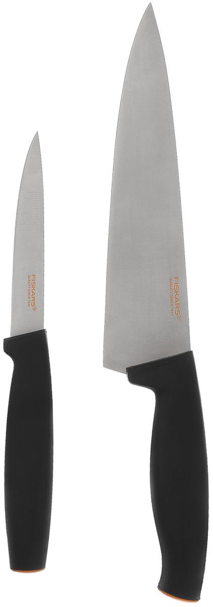 """Набор Fiskars """"Functional Form"""" состоит из ножа для корнеплодов и большого поварского ножа.  Нож для корнеплодов удобен для обработки картофеля и других, небольших по размеру овощей. Поварской нож предназначен для шинковки овощей и нарезки мяса.  Особенности ножей: Лезвия выполнены из высококачественной нержавеющей стали. Пластиковые рукоятки ножей новейшего эргономического дизайна. Ножи можно мыть в посудомоечной машине. Удобно и легко использовать в работе.  Общая длина поварского ножа: 31 см Длина лезвия поварского ножа: 20 см Общая длина ножа для корнеплодов: 22,5 см Длина лезвия ножа для корнеплодов: 10,5 см"""