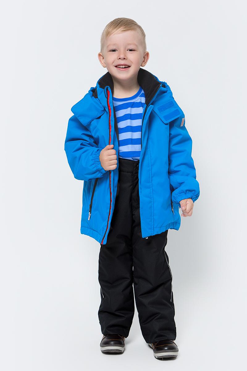 Куртка детская Reima Tailslide, цвет: голубой. 5215546490. Размер 1345215546490Теплая, водо- и ветронепроницаемая зимняя куртка для малышей и детей постарше. Она сшита из водо-, ветронепроницаемого, дышащего материала с грязеотталкивающей поверхностью. Все основные швы проклеены, водонепроницаемы. Куртка подшита мягкой подкладкой из полиэстера, которая значительно облегчит надевание. Она будет отлично сидеть благодаря регулируемой талии, подолу и эластичным манжетам. Куртка оснащена съемным капюшоном, что обеспечивает дополнительную безопасность во время активных прогулок – капюшон легко отстегивается, если случайно за что-нибудь зацепится. Два кармана на молнии для мобильного телефона и других ценных мелочей. Образ довершают практичные детали: длинная молния высокого качества и светоотражающие элементы.Средняя степень утепления.