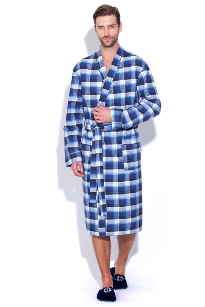 Халат мужской Peche Monnaie, цвет: синий, белый. 31. Размер XXL (54/56)31Мужской халат Peche Monnaie выполнен из тканого полотна поплин - это 100% натуральный эко-хлопок высшей категории. Необыкновенно легкая, мягкая и прочная ткань делает халат невесомым, не сковывает движений и позволяет телу свободно дышать. Модель имеет воротник в стиле кимоно, оптимальную длину ниже середины икры, накладные карманы для мелочей. Декоративный кант украшает полы халата, ворот и манжеты рукава. Красивый рисунок в мелкую клетку по всему изделию. Попадая домой или в баню, вы ни на секунду не захотите расставаться с этим халатом. Европейский стиль и дизайн для ценителей классики в сочетании с современными тенденциями. Великолепный вариант на каждый день и жарким летом, и зимой. Халат упакован в фирменную подарочную коробку.