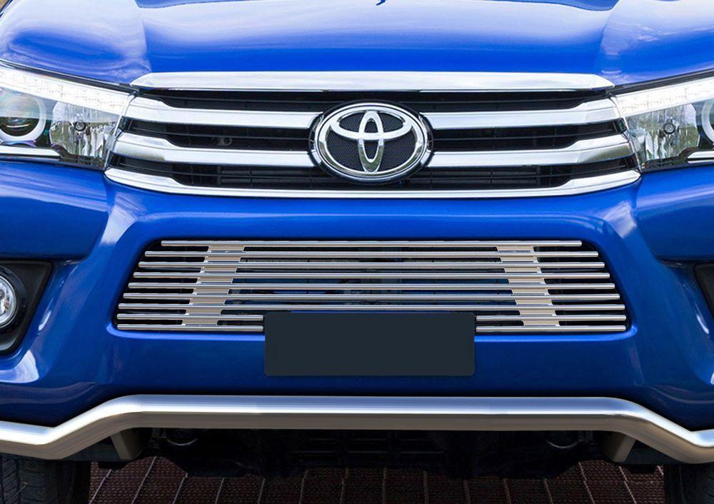 Решетка бампера Rival для Toyota Hilux 2015-G.5701.001Стильная решетка бампера Rival придает Вашему автомобилю индивидуальность и выделяет его в насыщенном городском потоке, защищает радиатор от повреждений.- Произведена из высококачественной нержавеющей стали (марка AISI 304, толщина стенки 1,5 мм, диаметр трубочек 10 мм) обеспечивает долговечную эксплуатацию. - Гарантия на сквозную коррозию и на целостность сварных швов - 5 лет.- Использование электроплазменной полировки позволяет добиться качественной равномерной зеркальной поверхности.- Простая установка в штатные места крепления не требует сверления и дополнительной доработки автомобиля. Установка занимает не более 15 минут.- Продукт сертифицирован, нет проблем с постановкой на учет.- Производство на высокоточном оборудовании позволяет изготовить индивидуальный продукт с высокой точностью повторения геометрии автомобиля.- В комплекте крепеж и инструкция по установке.Совместимость с дополнительным оборудованием и аксессуарами Rival и с большинством оригинальных аксессуаров.