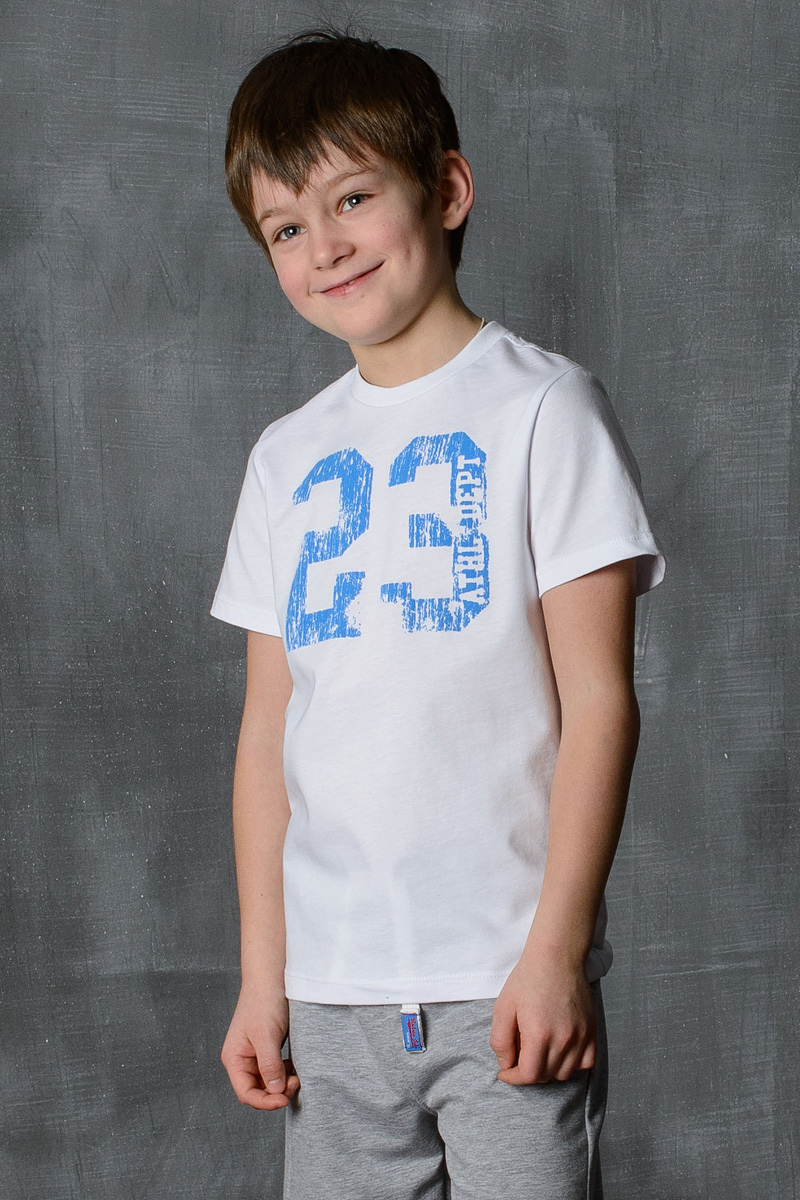Футболка для мальчика Modniy Juk, цвет: белый, синий. 01B00010100. Размер 98/10401B00010100/23/Стильная футболка для мальчика Modniy Juk изготовлена из высококачественного легкого хлопка, она приятна на ощупь, не раздражает нежную и чувствительную кожу ребенка, позволяя ей дышать. Модель имеет полуприлегающий силуэт, круглый вырез горловины, втачный короткий рукав не стесняет движения. Изделие дополнено ярким принтом в стиле Modniy Juk.