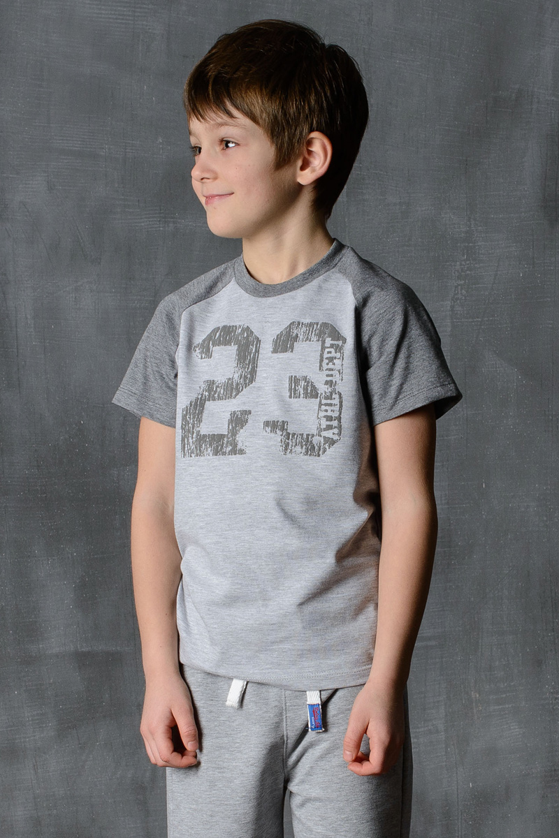 Футболка для мальчика Modniy Juk, цвет: светло-серый, темно-серый. 01B00040100. Размер 122/12801B00040100/23/Стильная футболка для мальчика Modniy Juk изготовлена из высококачественного плотного трикотажа, она приятна на ощупь, не раздражает нежную и чувствительную кожу ребенка, позволяя ей дышать. Модель имеет короткий рукав покроя реглан, круглый ворот, полуприлегающий силуэт, не стесняет движения. Изделие дополнено ярким принтом в стиле Modniy Juk.