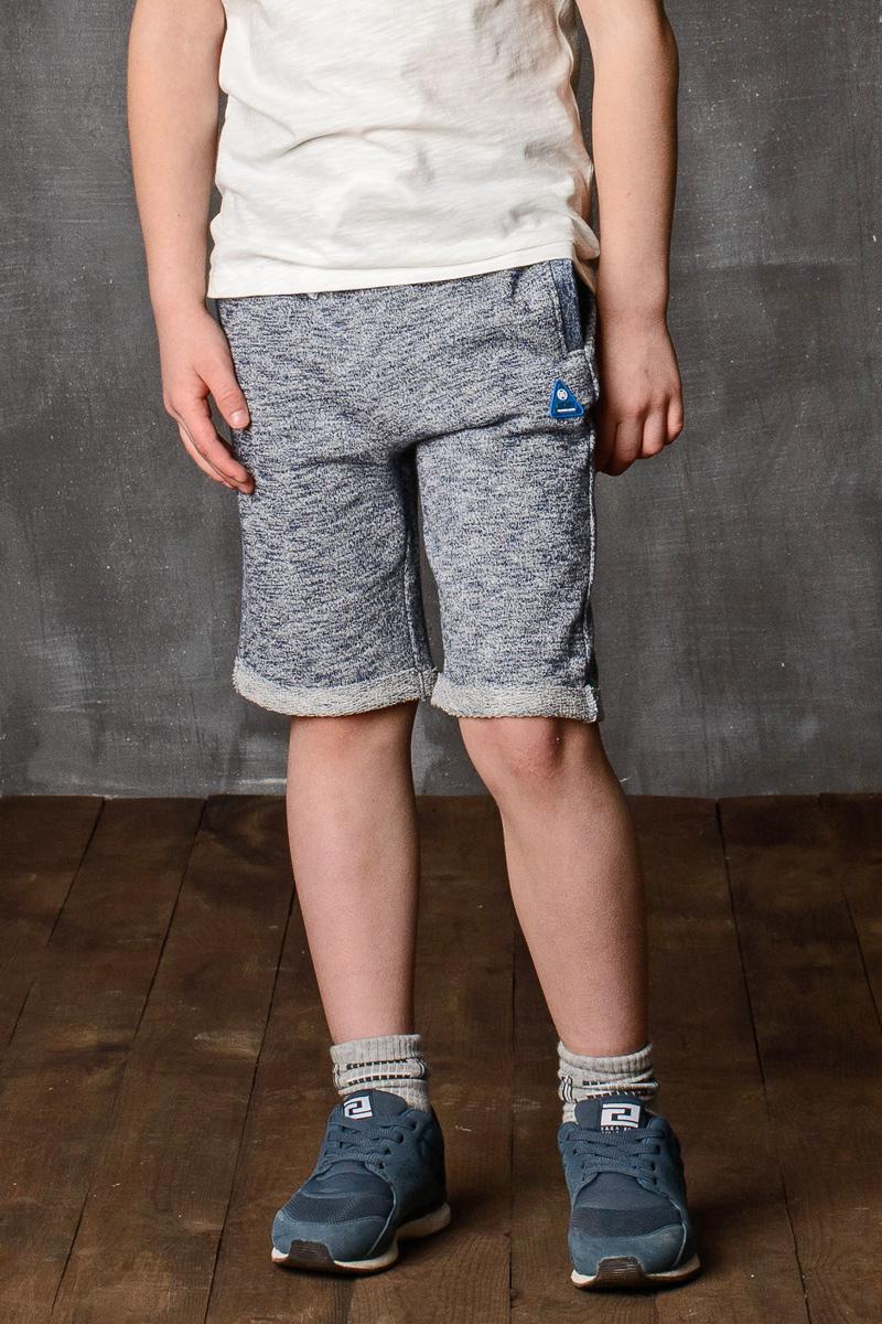 Шорты для мальчика Modniy Juk, цвет: синий, экрю. 10B00130702. Размер 164/17010B00130702/MDNY_CLUB/Шорты для мальчика Modniy Juk изготовлены из высококачественного износостойкого мягкого трикотажа, он приятный на ощупь, не раздражает нежную и чувствительную кожу ребенка, позволяя ей дышать. Модель с поясом из трикотажной резинки дополнена шнурком, надежно фиксирует шорты и не сдавливает живот ребенка. Изделие имеет полуприлегающий силуэт, длина по колено, передние боковые карманы с листочками. Шорты дополнены яркой нашивкой в стиле Modniy Juk.