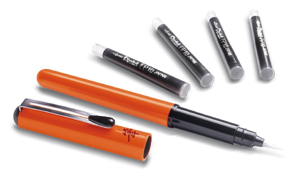 Pentel Ручка-кисть для каллиграфии Brush Pen цвет корпуса оранжевый + 4 картриджаGFKPF-AРучка-кисть Pocket Brush Pen для каллиграфии и быстрого рисунка - первоклассный инструмент для художника! Нарядный лаковый корпус, оформленный японским иероглифом. Защитный колпачок с металлическим клипом. Яркие черные пигментные чернила. Долговечная нейлоновая кисть позволяет создавать любые по толщине линии. Кисть поставляется в комплекте с четырмя запасными картриджами.
