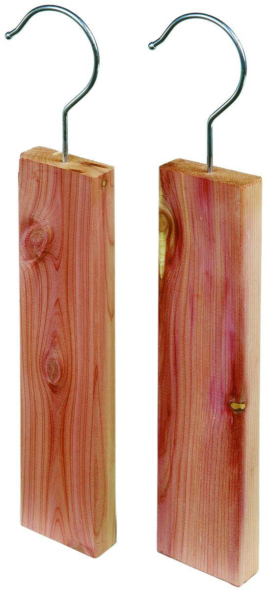 Бруски от моли Redecker, из красного кедра, 2 шт445045Эффективная защита от моли без химикатов. Бруски изготовлены из красного кедра, которыйимеет приятный для человека аромат, но отталкивает насекомых. Сверху их необходимопериодически смазывать специальным маслом из красного кедра.Благодаря тому, что запах дерева длительное время не выветривается, пользоваться им можномногие годы. К тому же, если аромат начнет понемногу пропадать, его легко можно восстановить,слегка потерев брусок наждачной бумагой.Изделия полностью безопасны для здоровья человека. Они оснащены крючками, за которые ихудобно подвешивать в шкафу. Чтобы не испачкать одежду маслом, которым смазываются бруски,можно расположить его на кусочке бумаги. В комплекте 2 бруска длиной 19 см.