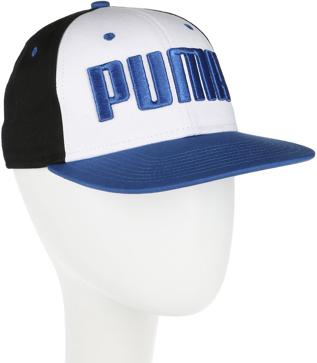 Бейсболка Puma ESS Flatbrim Cap, цвет: черный, белый, синий. 052921_08. Размер универсальный052921_08Бейсболка ESS Flatbrim Cap с модным плоским козырьком станет стильной деталью вашего гардероба. Модель выполнена из натурального хлопка, который обеспечивает максимальный комфорт в носке. Вентиляция обеспечивается специальными вышитыми люверсами на всей поверхности бейсболки. Сзади имеется пластиковая застежка для регулировки размера. Изделие дополнено вышитым 3D-логотипом PUMA спереди и вышитым логотипом PUMA сзади. Создавайте яркие спортивные городские образы активного современного человека при помощи аксессуаров от Puma.