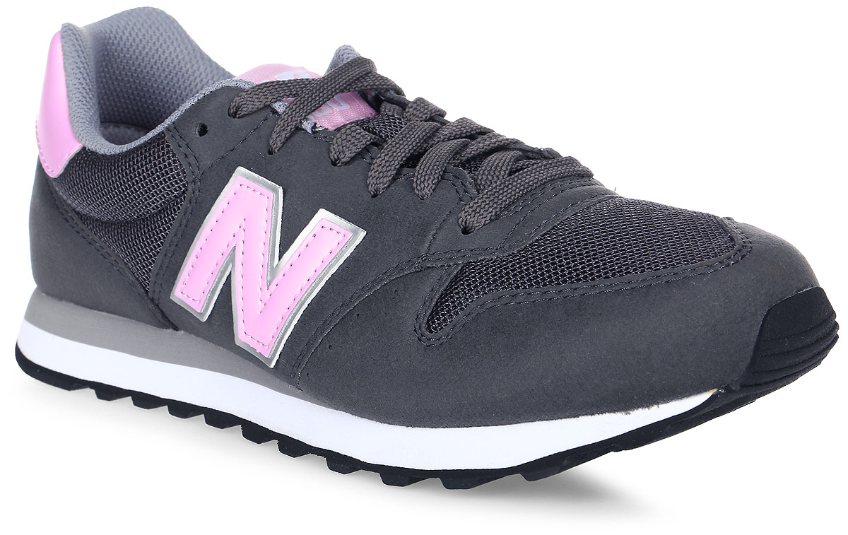 Кроссовки женские New Balance 500, цвет: серый, розовый. GW500GSP/B. Размер 8 (39)GW500GSP/BСтильные женские кроссовки от New Balance придутся вам по душе. Верх модели выполнен из высококачественных материалов. По бокам обувь оформлена декоративными элементами в виде фирменного логотипа бренда, на язычке - фирменной нашивкой. Классическая шнуровка надежно зафиксирует изделие на ноге. Мягкая верхняя часть и подкладка, изготовленная из текстиля, гарантируют уют и предотвращают натирание. Стелька из текстиля обеспечивает комфорт. Подошва оснащена рифлением для лучшей сцепки с поверхностями. Удобные кроссовки займут достойное место среди коллекции вашей обуви.