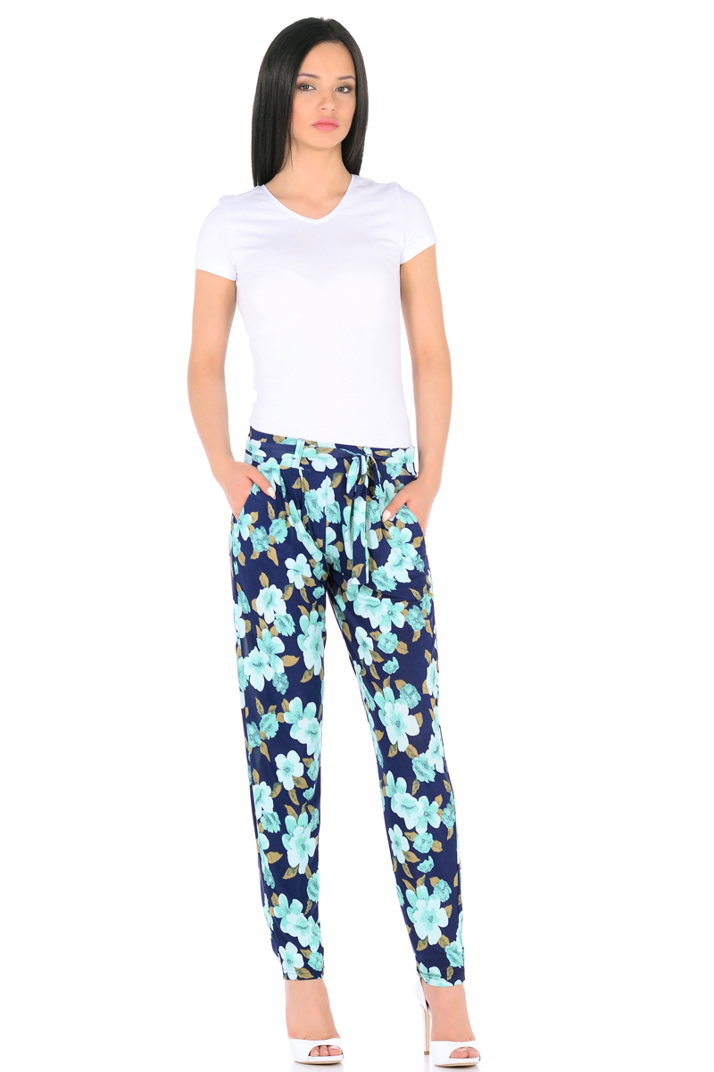 Брюки женские HomeLike, цвет: темно-синий, зеленый. 851. Размер 50851Легкие модные брюки HomeLike выполнены из шелковистого полотна масло в привлекательной расцветке. Модель со средней посадкой, свободного покроя с легкими складками от широкого эластичного пояса, к основанию заужены. Дополнительный пояс завязка крепится на шлевках. По бокам модные косые карманы. Ткань струится, приятная к телу, обладает охлаждающим эффектом. Брюки отлично садятся по фигуре любого типа, скрывая несовершенства, подчеркивают достоинства, обеспечивают комфорт.