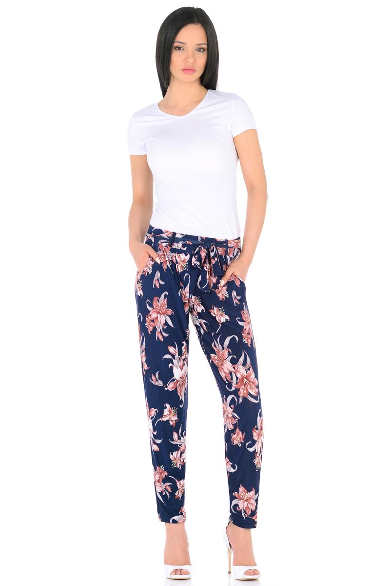 Брюки женские HomeLike, цвет: темно-синий, бежевый, серый. 851. Размер 48851Легкие модные брюки HomeLike выполнены из шелковистого полотна масло в привлекательной расцветке. Модель со средней посадкой, свободного покроя с легкими складками от широкого эластичного пояса, к основанию заужены. Дополнительный пояс завязка крепится на шлевках. По бокам модные косые карманы. Ткань струится, приятная к телу, обладает охлаждающим эффектом. Брюки отлично садятся по фигуре любого типа, скрывая несовершенства, подчеркивают достоинства, обеспечивают комфорт.