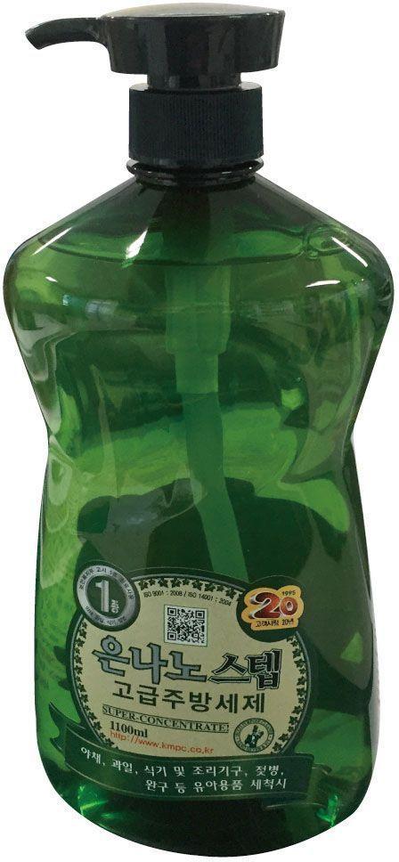 Средство для мытья посуды KMPC Nano Silver Step. Dishwashing Liquid, с частицами серебра, 1,1 л580039Суперконцентрированное моющее средство с частицами серебра и экстрактом плюща подходит для мытья овощей, фруктов, посуды, кухонной утвари, детской посуды.Особенности продукта: высокоэффективное, универсальное, безопасное. Невероятно экономичное средство - достаточно всего одной капли, чтобы отмыть застывший жир или остатки пищи. Убивает бактерии, обладает стерилизующим эффектом, не сушит кожу.Область применения: мытье овощей, фруктов, посуды, кухонной утвари, бутылочек для кормления, детских игрушек и т. д. Обладает легким ароматом яблока.Способ применения: Небольшое количество концентрата выдавить на губку для мытья посуды, вспенить, помыть, ополоснуть водой. Расход жидкости: 1 мл/1 л воды.Внимание при применении: Овощи и фрукты после мытья следует ополаскивать под струей воды более 30 сек. Не замачивать овощи и фрукты в средстве на долгое время. После мытья посуды в непроточной воде, посуду следует ополаскивать более 2-х раз. Хранить в недоступном для детей месте. Применять строго по назначению.Состав: вода, лаурилдиметиламин оксид, алкилполиглюкозид, d-лимонен, кокамид DEA, альфа-олефин сульфонат, сульфат эфира натрия лауриловый, лимонная кислота, частицы серебра, ароматическая добавка Яблоко.Товар сертифицирован.Как выбрать качественную бытовую химию, безопасную для природы и людей. Статья OZON Гид