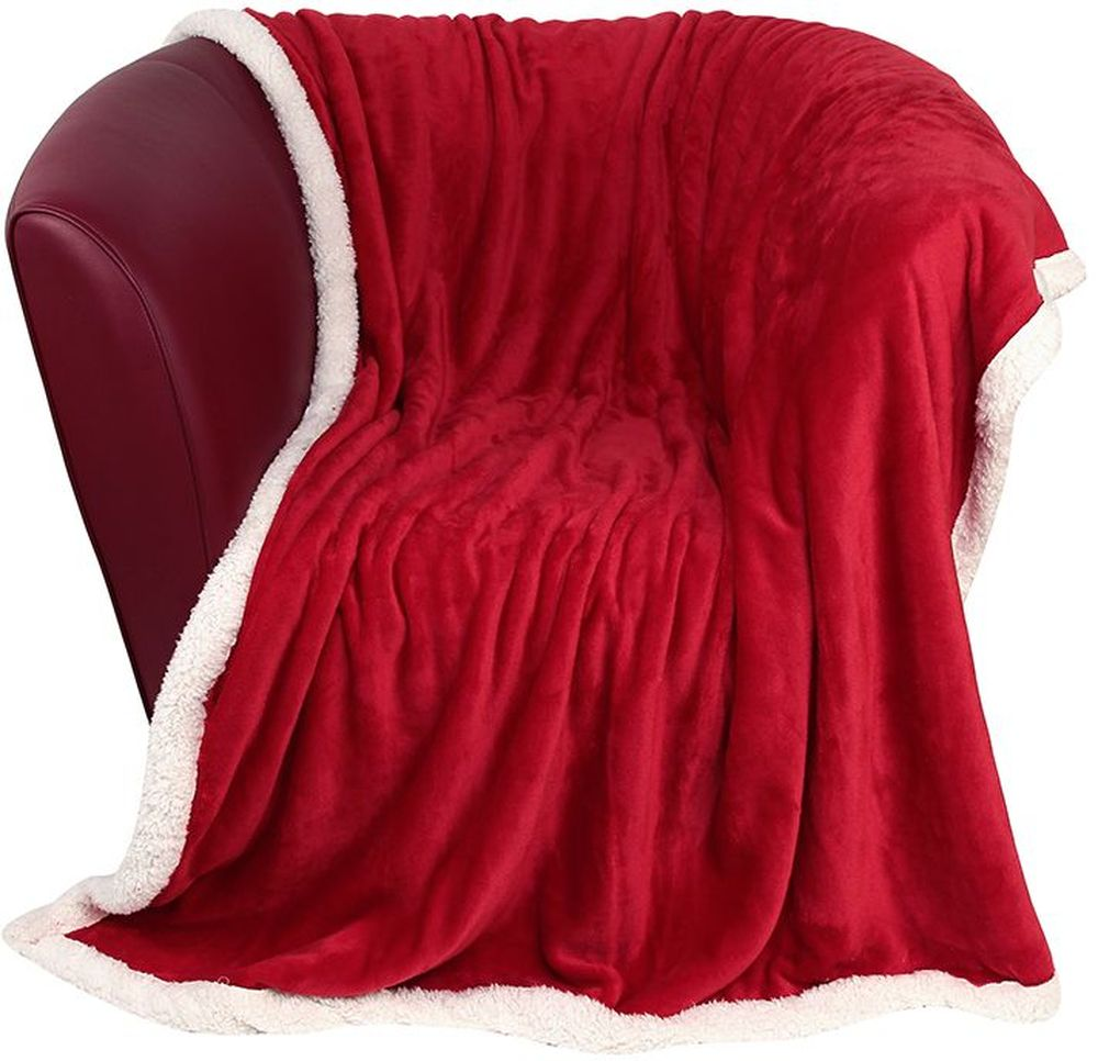 Плед EL Casa Двусторонний, цвет: красный, белый, 150 х 200 см960051Уютный, легкий, и прочный плед в оригинальном дизайне послужит украшением декора вашей комнаты и согреет вас и ваших близких. Одна сторона-гладкая, вторая сторона - под овчину. Устойчив к истиранию и скатыванию, не мнется, не деформируется, сохранит первоначальный вид даже при активном использовании и многочисленных стирках. Такой плед идеален в качестве подарка на любой праздник. Изделие в подарочной сумке с ручками.