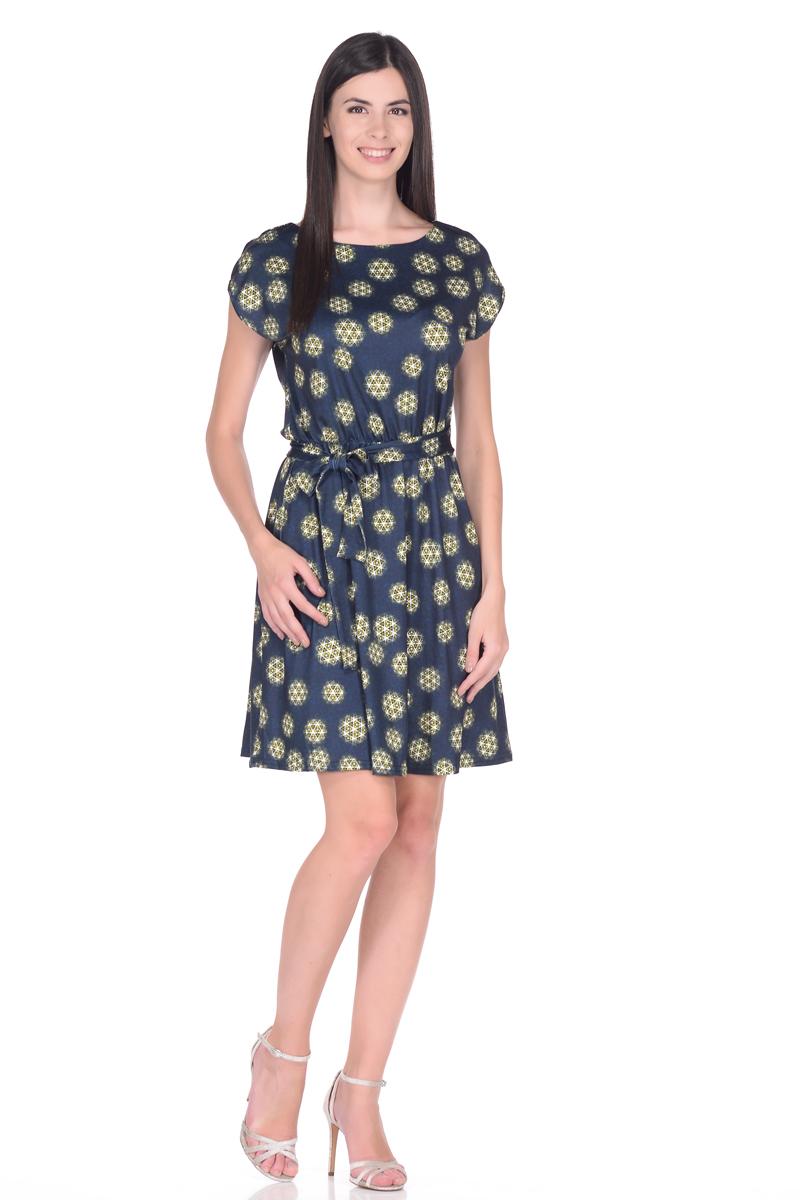 Платье EseMos, цвет: темно-синий, зеленый. 102. Размер 50102Легкое платье EseMos изготовлено из струящегося материала в изысканной современной расцветке. Женственный силуэт без рукавов, изящно присобран по талии на мягкую резиночку, образуя красивую драпировку. Талию подчеркивает пояс-завязка, придает изюминку, делая образ совершенным. Модель превосходно садится по фигуре, скрывая возможные несовершенства, подчеркивает достоинства, дарит ощущения легкости и комфорта.