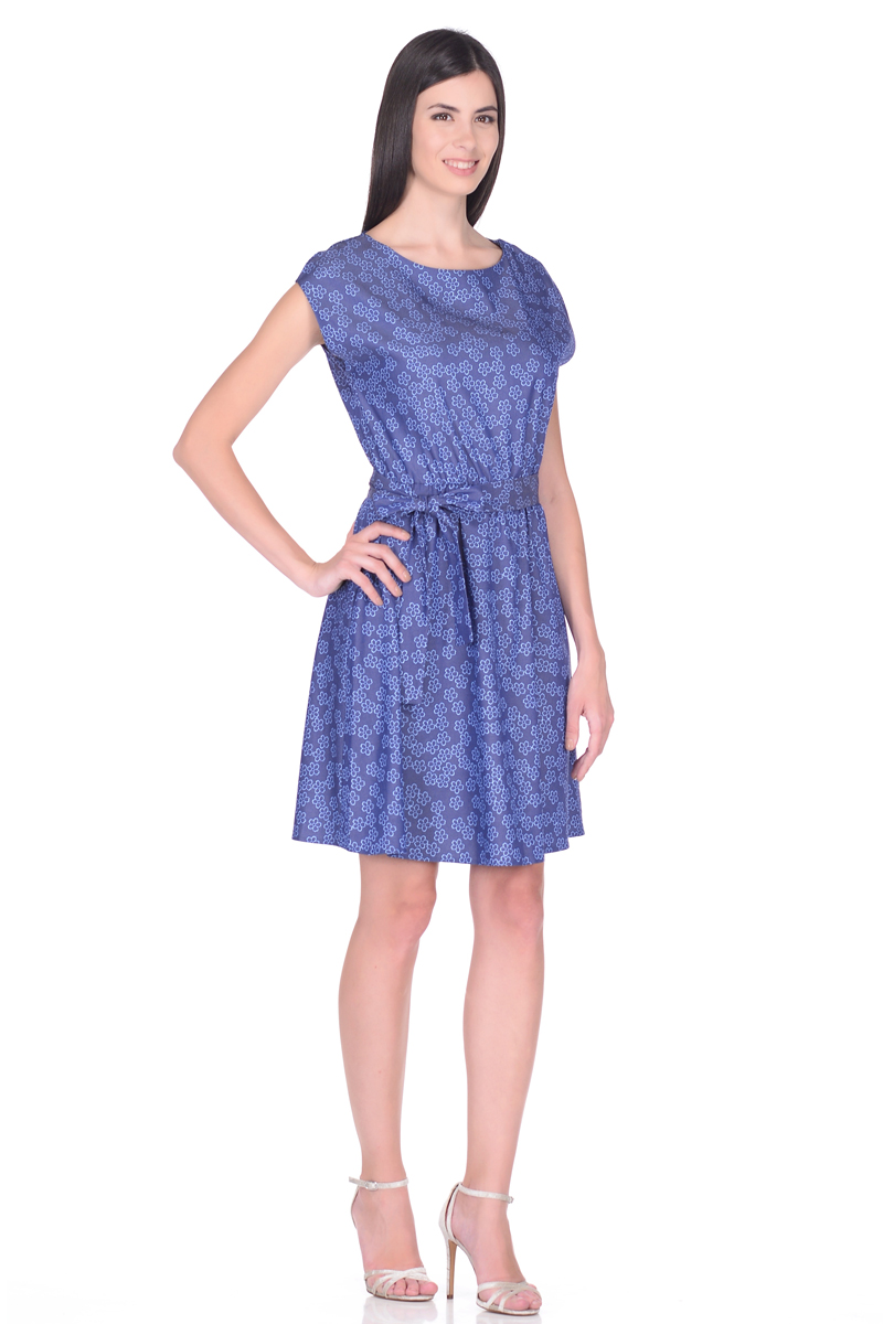 Платье EseMos, цвет: синий, голубой. 113/1. Размер 50113/1Платье EseMos выполнено из хлопковой ткани в привлекательной расцветке. Женственный силуэт без рукавов, изящно присобран по талии на мягкую резиночку, образуя плавные ниспадающие складочки по юбке. Талию подчеркивает пояс-завязка, придает изюминку. Модель превосходно садится по фигуре, скрывая возможные несовершенства, подчеркивает достоинства, дарит ощущения легкости и комфорта.