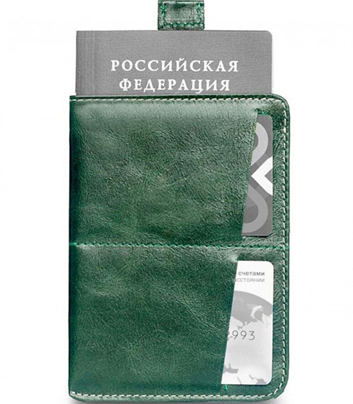 Обложка для паспорта Zavtra, цвет: зеленый. zav03grezav03greОбложка для документов Zavtra — это лучшее средство от бюрократической скуки.В нее может войти все необходимое и сразу — паспорт, права, пластиковые карты и даже купюры или, например, посадочный талон. Паспорт эффектно извлекается при помощи специального язычка — пользоваться ей одно удовольствие. В обложке предусмотрен основной отсек для паспорта, два отсека под пластиковые карты и обратный глубокий карман свободного назначения.