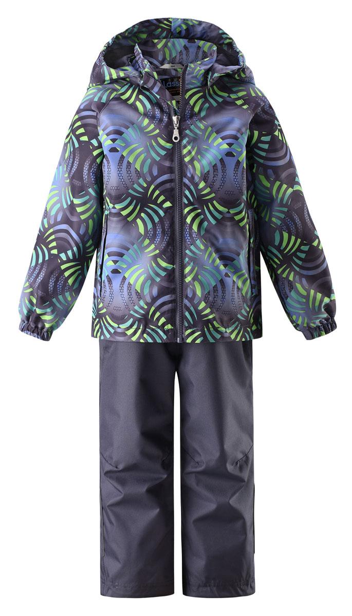 Комплект одежды детский Lassie: куртка, брюки, цвет: зеленый, темно-синий. 723702_8812. Размер 116723702_8812Прочный детский демисезонный комплект на легком утеплителе, состоящий из куртки и брюк, станет идеальным выбором для игр на свежем воздухе. Водоотталкивающий и ветронепроницаемый материал хорошо пропускает воздух, так что в этой куртке не вспотеешь. Куртка снабжена безопасным съемным капюшоном и прочными усилениями на спинке. Эластичный регулируемый подол позволяет подогнать куртку идеально по фигуре. Гладкая подкладка из полиэстера хорошо пропускает воздух и облегчает одевание. В куртке предусмотрены прорезные карманы, а в брюках один карман. Брюки снабжены регулируемыми манжетами и съемными эластичными подтяжками, поэтому отлично сидят. Светоотражающие детали позволят лучше разглядеть маленьких любителей приключений, играющих на свежем воздухе в темное время суток.