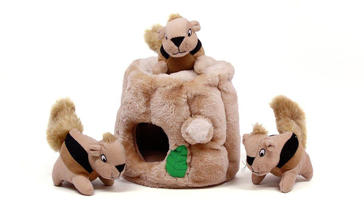 Игрушка-головоломка для собак Petstages OH Hide-A-Squirrel, малая, 12 см31001Текстильная игрушка для собак Найди белку - занимательная игра для вашей собаки. Она занимает собаку на долго и борется со скукой. Увлекательная игра в прятки и много пищалок. Отличный размер для игр в апортировку. Просто спрячьте в игрушку пищащих белочек в ствол дерева и наблюдайте как ваша собака вынимает их оттуда. А для большего веселья вашей собаки в игрушку можно положить лакомства или другие игрушки. В комплекте 3 белки.