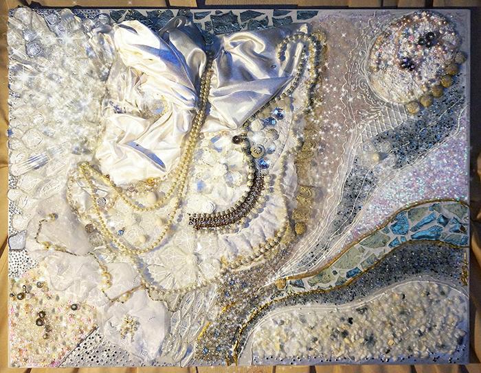 Авторская картина В объятиях Снежной королевы, 90 х 70 см, стразы, полудрагоценные камни. Художник Ирина Баст. КАВОСККАВОСККартина украшена жемчугом, розовым кварцем, цирконами, стразами, стеклярусом, пайетками.Вышивка натуральными камнями, выполненная вручную, уникальна по красоте, и несет в себе особое тепло.Картина также украшена переливающейся золотой поталью.Материалы: холст на подрамнике, акрил, перламутровый лак, жемчуг натуральный, розовый кварц, стекло, жемчуг искусственный, кружево, металл, декоративные элементы, атлас, камень, гель с эффектом воды, золотая поталь, глиттеры, блестки, жидкий блеск.
