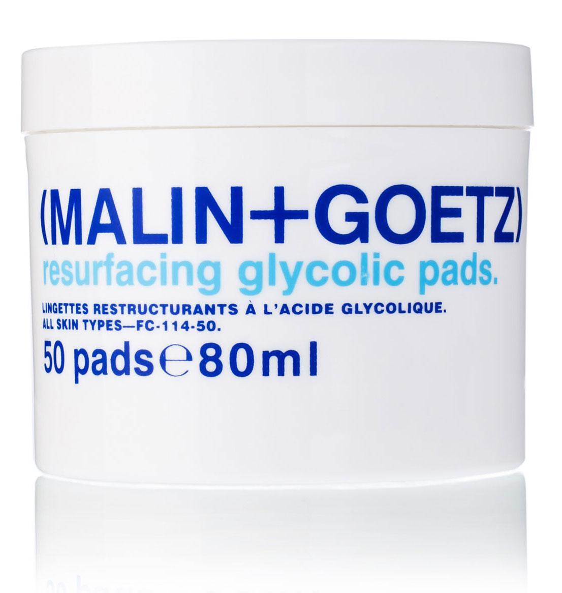 Malin+Goetz Обновляющие диски для лица, 50 штMGFC11450Отшелушивающее средство салонного уровня. Ватные диски, пропитанные гликолевой кислотой, удаляют ороговевшие клетки кожи, стимулируют ее обновление и производство коллагена, что позволяет визуально уменьшить мелкие морщинки и придать коже свежий и здоровый вид. Гликолевая кислота эффективно очищает поры, обновляет кожу, улучшая ее текстуру и не вызывая негативных последствий агрессивного химического пилинга. Используйте в сочетании с антивозрастным уходом, либо с уходом для проблемной кожи. Диски имеют натуральный цвет и запах.