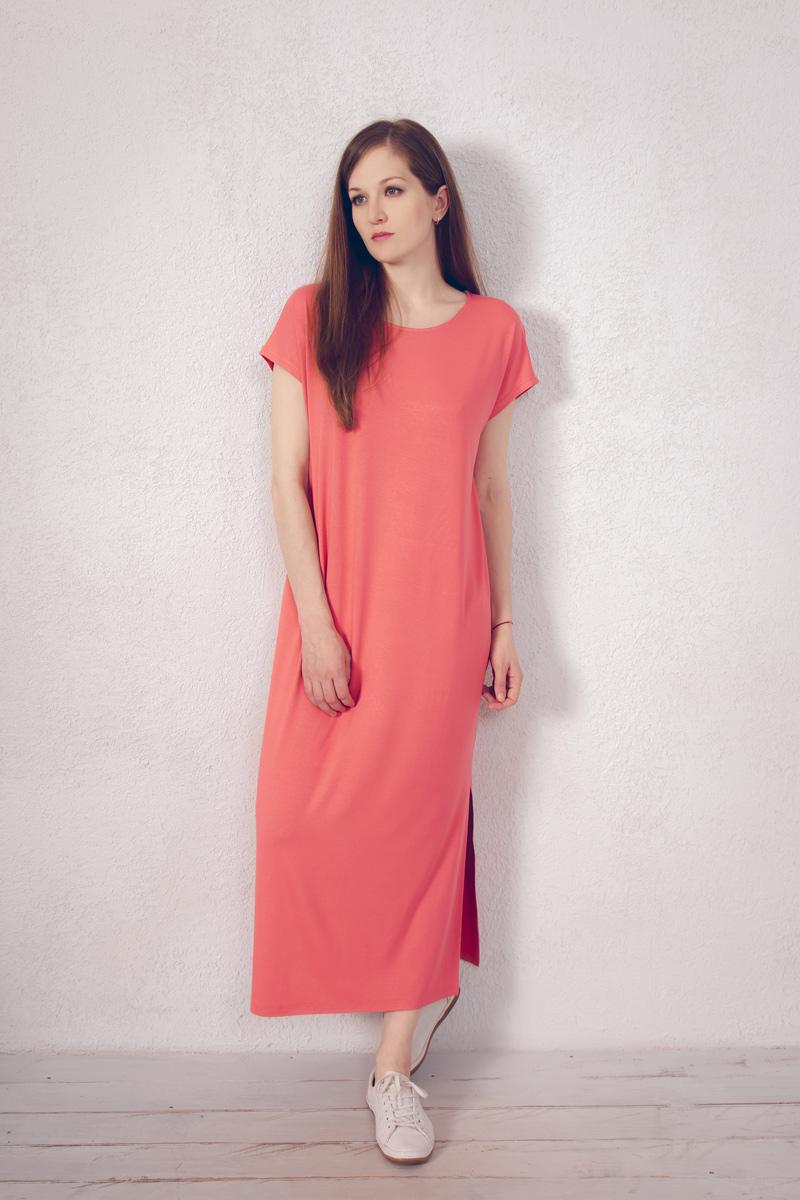 Платье домашнее Marusя, цвет: коралловый. 171221. Размер 46171221Домашнее платье Marusя изготовлено из натурального вискозного материала. Изделие длины макси свободного кроя с короткими рукавами. По бокам модель дополнена разрезами.