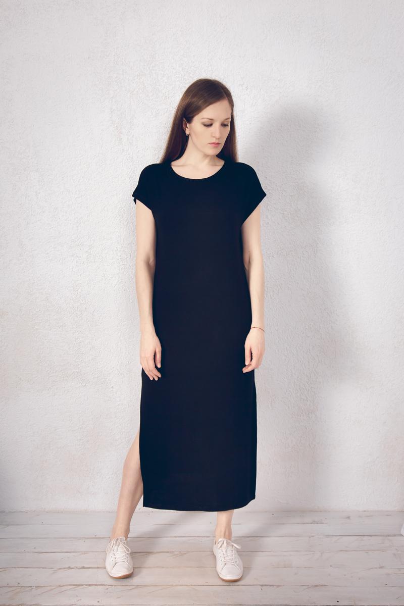 Платье домашнее Marusя, цвет: черный. 171221. Размер 46171221Домашнее платье Marusя изготовлено из натурального вискозного материала. Изделие длины макси свободного кроя с короткими рукавами. По бокам модель дополнена разрезами.