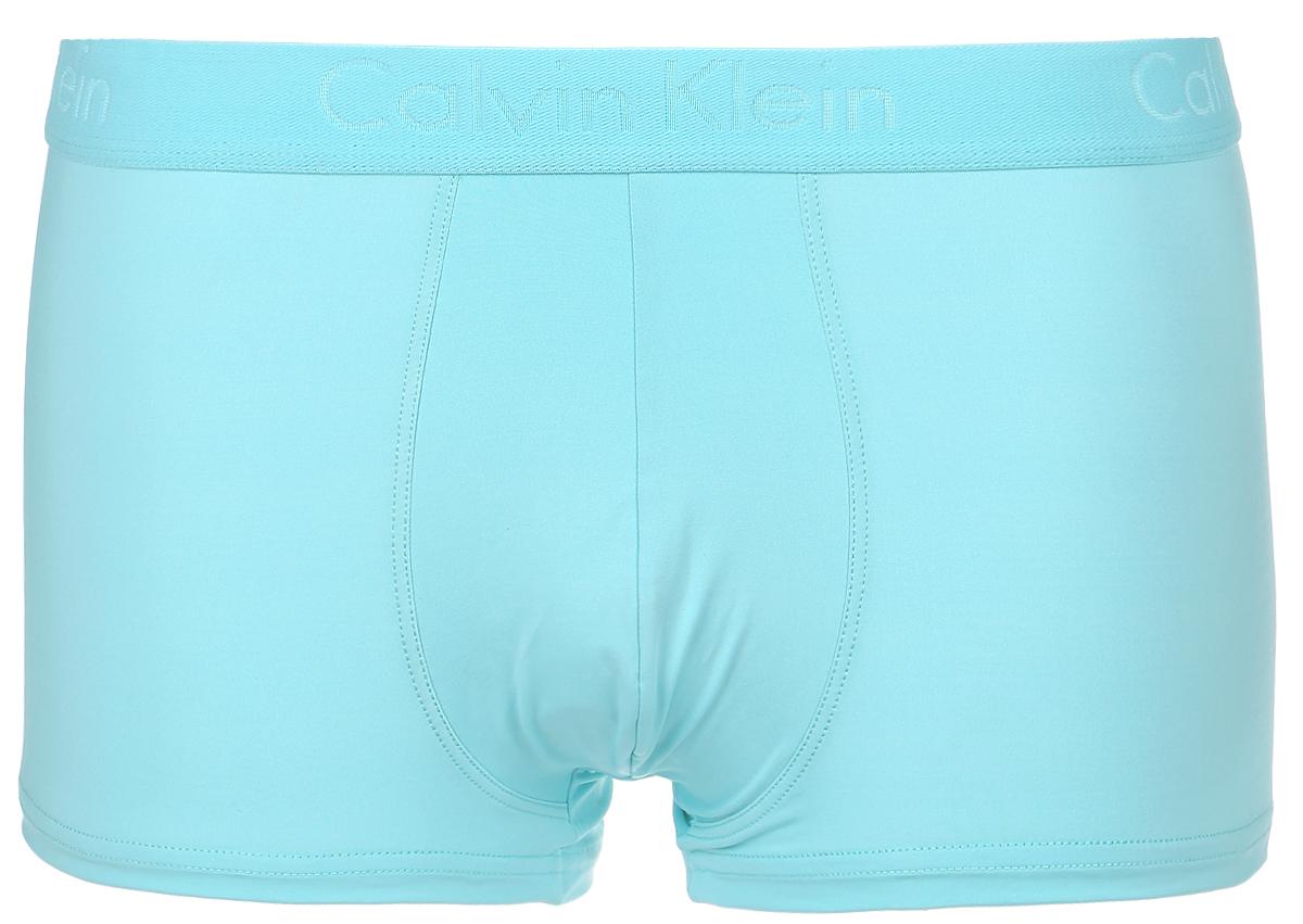 Трусы-боксеры мужские Calvin Klein Underwear, цвет: бирюзовый. NU8668A_8PB. Размер S (46)NU8668A_8PBКлассические трусы-боксеры Calvin Klein Underwear из серии Love Rise Trunk выполнены из полиэстера с добавлением эластана. Удобная посадка, плоские швы и резинка на талии обеспечат наибольший комфорт. Резинка оформлена названием бренда. Модель создана для тех, кто предпочитает комфорт, практичность и современный дизайн.