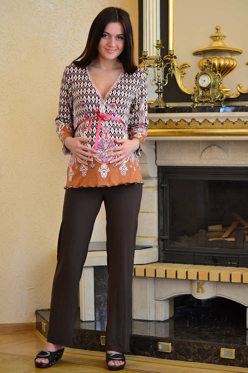 Костюм домашний для беременных и кормящих Nuova Vita Mamma Romantico: блуза, брюки, цвет: коричневый, розовый. 405.4. Размер 48405.4Удобный, красивый домашний костюм для беременных и кормящих мам Nuova Vita Mamma Romantico, изготовленный из эластичной вискозы, состоит из блузы и брюк.Блуза на запах свободного кроя с рукавами 3/4 и мягкие брюки на эластичном поясе под живот составляют прекрасный комплект. Универсальность этого комплекта заключается в том, что его можно носить как во время беременности, так и после рождения ребенка. Блуза имеет легкий доступ к груди для комфортного кормления малыша, а так же максимального удобства ночных кормлений. Резинка на брюках устроена так, что во время беременности она находится под животом. Нежная пастельная расцветка придает этому костюму особый шарм и нежность. Одежда, изготовленная из вискозы, приятна к телу, сохраняет тепло в холодное время года и дарит прохладу в теплое, позволяет коже дышать. Эта ткань на ощупь мягкая и приятная, образует красивые складки. Материал очень хорошо впитывает влагу, не образует катышек. Костюм упакован в подарочную коробку с прозрачной крышкой.