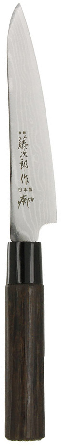 Нож универсальный Tojiro Shippu, 13 смFD-592Универсальный нож Tojiro Shippu займет достойное место среди аксессуаров на вашей кухне и поможет вам в быстром и легком приготовлении любых блюд. Он имеет короткий и легкий клинок, который идеально подходит для нарезки овощей, фруктов, сыра и приготовления бутербродов. Отлично режет овощи с неоднородной структурой (твердая кожица, мягкая сердцевина). Клинок ножа изготовлен по пакетной технологии: середина пакета из высокотвердой стали VG-10 (до 63 HRc) помещена в обкладки из дамасской стали (37 слоев). Такой клинок отличается повышенной устойчивостью к коррозии, а дамасские узоры выглядят очень эффектно и подчеркивают высокое качество изделия. Сечение клинка ножа - клинообразно, что позволяет режущей кромке клинка быть продолжительное время острой. Рукоятка ножа, выполненная из натурального дерева, имеет эргономичную форму, которая не позволит выскользнуть ему из вашей руки. Нож упакован в стильную подарочную коробку из плотного картона. Правила эксплуатации: - Хранить нож следует в сухом месте. - После использования, промойте нож теплой водой и протрите насухо. - Оставление ножа в загрязненном состоянии может привести к образованию коррозии. Запрещается: - Мыть нож в посудомоечной машине. - Хранить ножи в одной емкости со столовыми приборами. - Резать на твердых поверхностях: каменных столешницах, керамических тарелках, акриловых досках. - Запрещается нецелевое использование ножа: вскрывать консервные банки, разрезать кости, скоблить твердые поверхности, резать замороженные продукты. Правка производится легкими движениями на водном камне или мусате. Заточка ножа - сложный технологический процесс, должен производиться профессионалом на специальном оборудовании. Услуга по заточке ножа предоставляется специалистами компании «Тоджиро». Характеристики:Материал: нержавеющая сталь, дерево, пластик. Общая длина ножа: 25 см. Длина лезвия ножа: 13 см. Заточка:# 8000. Размер упаковки: 27 см х 2 см х 5 см. Производитель: Япония. Арт