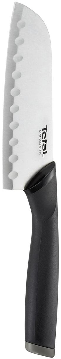 """Нож сантоку Tefal """"Comfort"""" предназначен для нарезки рыбы, мяса и других жилистых продуктов, также идеально годится для измельчения овощей и фруктов на рагу, суп, салат или другие закуски. Лезвие выполнено из нержавеющей стали. Специальные желобки предотвращают прилипание пищи к лезвию ножа. Эргономичная ручка из материала Comfort touch в чувствительной зоне использования гарантирует оптимальный комфорт. Нож удобно использовать и хранить благодаря защитному чехлу. Можно мыть в посудомоечной машине."""