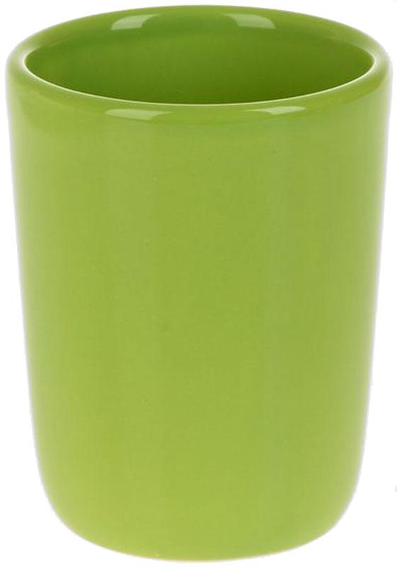 Стакан для ванной White Clean Green, 200 мл8290031Стакан для ванной White Clean Green изготовлен из прочной качественной керамики светло-зеленого цвета, покрытой глазурью. Изделие предназначено для хранения зубной пасты, бритв и других принадлежностей для гигиены. Такой стакан красиво дополнит интерьер ванной комнаты и отлично сочетается с другими аксессуарами из коллекции Green.Объем: 200 мл.
