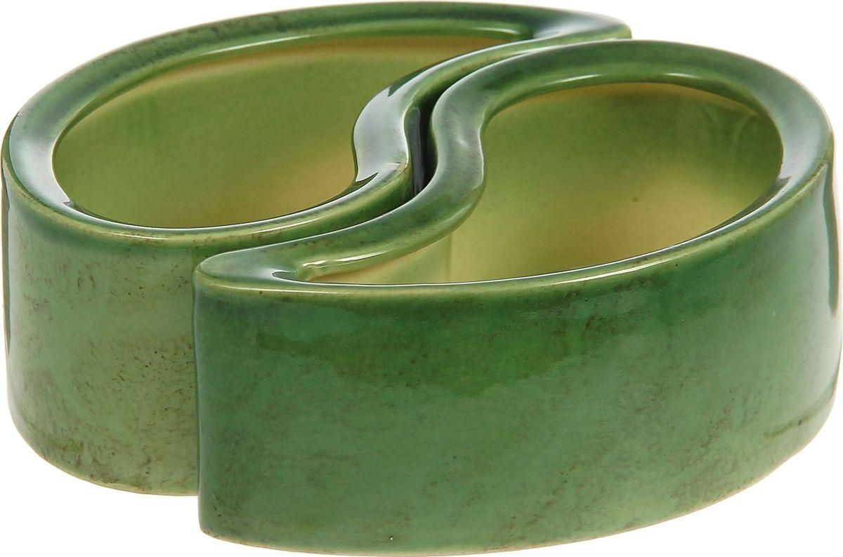 Кашпо Инь-ян, цвет: зеленый, 0,45 л1240666Комнатные растения — всеобщие любимцы. Они радуют глаз, насыщают помещение кислородом и украшают пространство. Каждому из них необходим свой удобный и красивый дом. Кашпо из керамики прекрасно подходят для высадки растений: за счет пластичности глины и разных способов обработки существует великое множество форм и дизайнов пористый материал позволяет испаряться лишней влаге воздух, необходимый для дыхания корней, проникает сквозь керамические стенки, позаботится о зеленом питомце, освежит интерьер и подчеркнет его стиль.