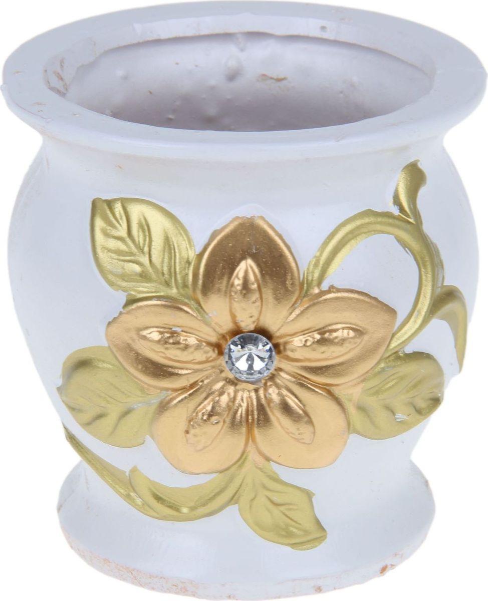 Кашпо Цветок, цвет: золотой, 12 х 12 х 12 см1258945Комнатные растения — всеобщие любимцы. Они радуют глаз, насыщают помещение кислородом и украшают пространство. Каждому из них необходим свой удобный и красивый дом. Кашпо из керамики прекрасно подходят для высадки растений: за счет пластичности глины и разных способов обработки существует великое множество форм и дизайнов пористый материал позволяет испаряться лишней влаге воздух, необходимый для дыхания корней, проникает сквозь керамические стенки! позаботится о зеленом питомце, освежит интерьер и подчеркнет его стиль.